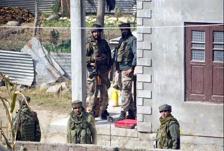 जम्मू-कश्मीर के त्राल में सुरक्षाबलों और आतंकियों के बीच मुठभेड़, दो आतंकी ढेर