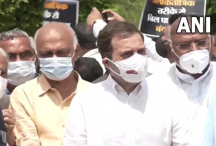 केंद्र सरकार के खिलाफ विपक्षी दलों का संसद से विजय चौक तक मार्च