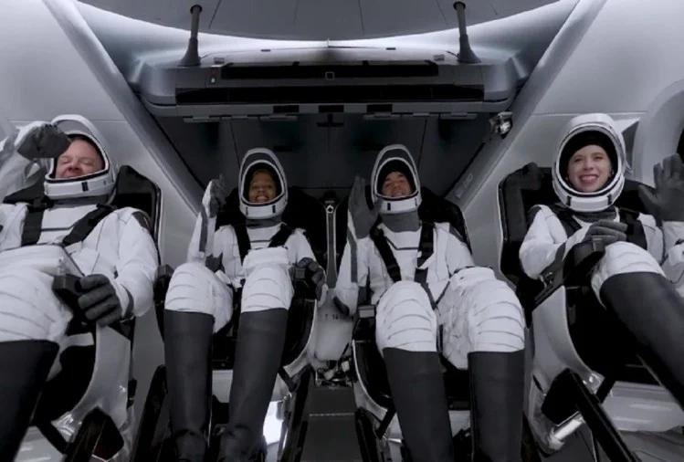 स्पेसएक्स ने रचा इतिहास, आम नागरिकों को भेजा अंतरिक्ष