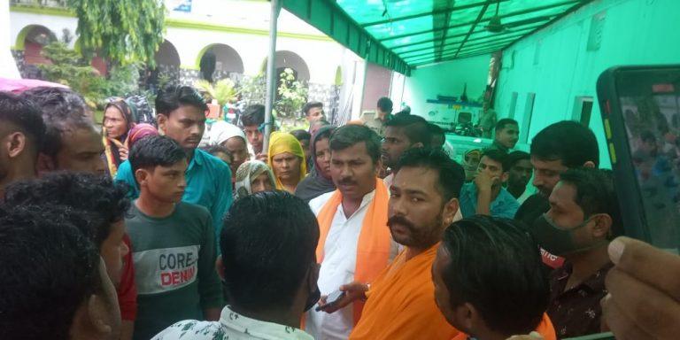 मारपीट में कार्यवाही से असंतुष्ठ ग्रामीणों ने थाने में किया हंगामा