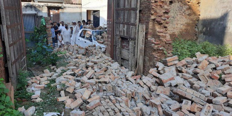 मंदिर की दीवार गिरने से पांच बच्चो समेत छह लोग घायल
